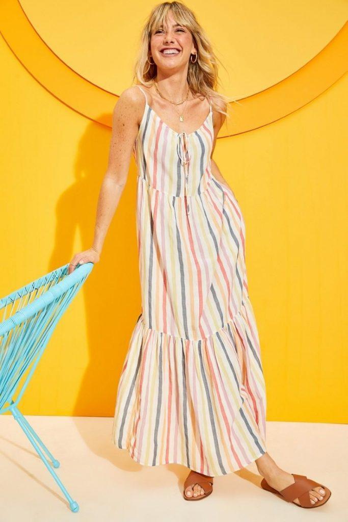 Đầm Maxi có màu sắc tươi sáng cùng với họa tiết kẻ sọc sẽ là món đồ lý tưởng cho các nàng trong mùa hè này