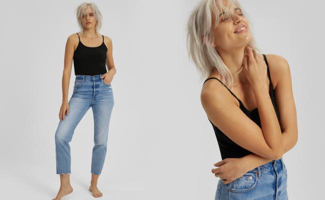 Phối đồ với quần jeans cạp cao và áo tank sơ vin gọn gàng giúp nàng tôn lên được đường cong quyến rũ