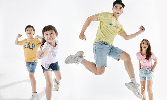 Cả gia đình xuất hiện đầy năng lượng với áo thun in logo GAP