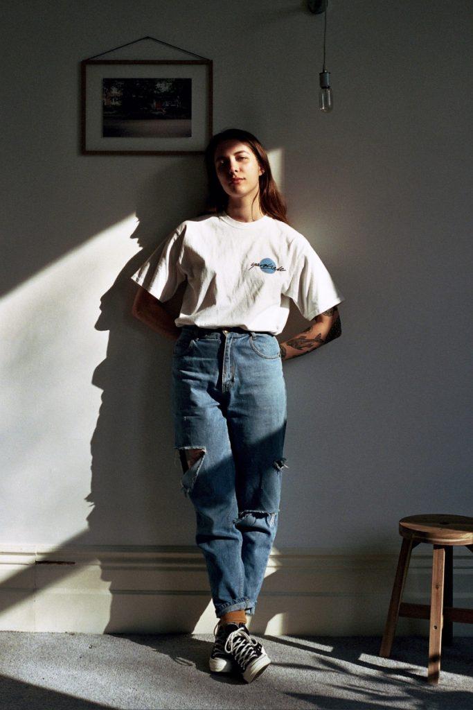 Diện áo thun phom rộng cùng quần baggy jeans theo phong cách retro