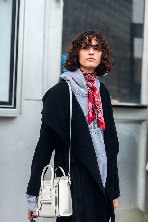 Hãy để chiếc khăn vuông trở thành điểm nhấn ấn tượng khi mix đồ với áo hoodie