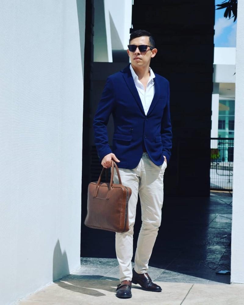 Quần kaki nam phối cùng vest là sự kết hợp hoàn hảo dành cho những chàng trai lịch lãm